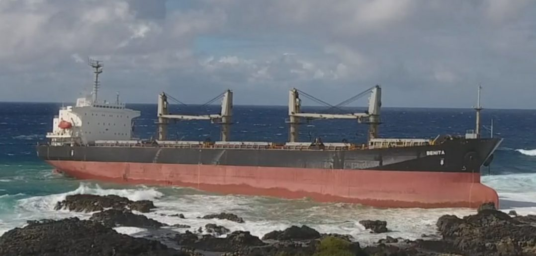 Masowiec MV Benita na skałach