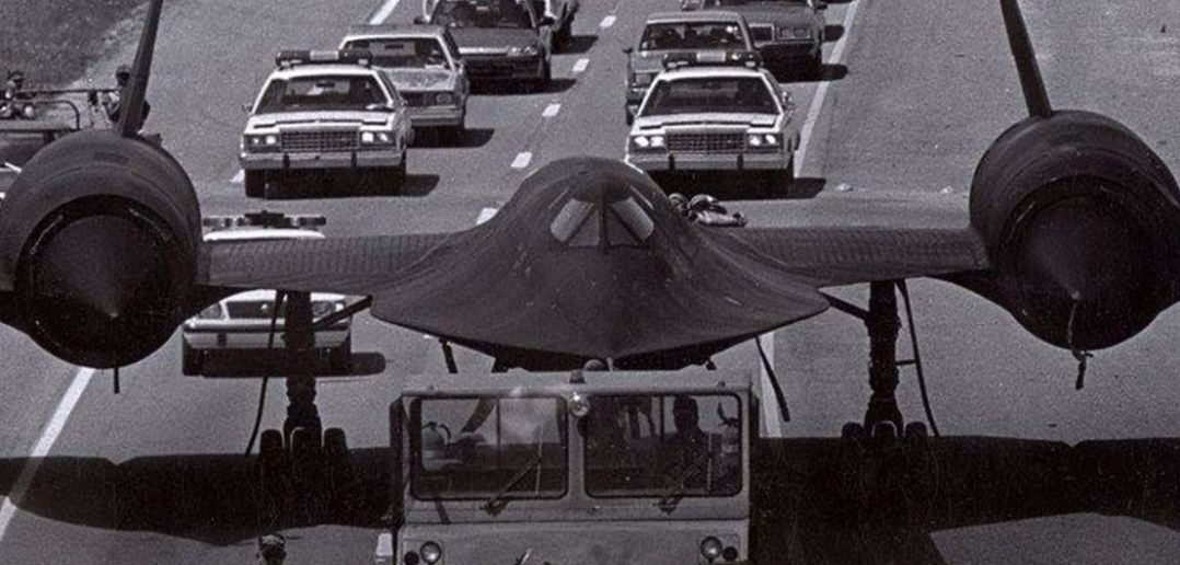 SR-71 Blackbird na autostradzie - zdjęcie