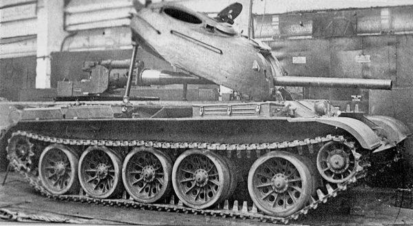 T-54 podczas montażu armaty