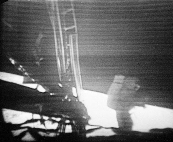 Neil Armstrong podczas wychodzenia z lądownika (fot. NASA)