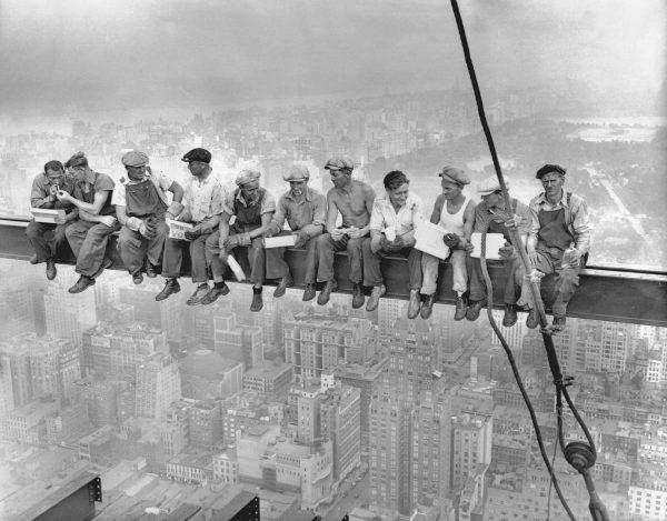 Najsłynniejsze zdjęcie wykonane przez Charlesa C. Ebbetsa 20 września 1932 roku na szczycie Rockefeller Center (fot. Charles C. Ebbets/CORBIS)
