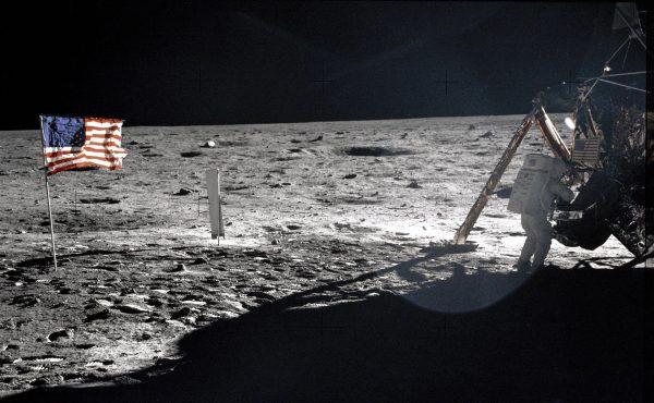 Neil Armstrong w trakcie spaceru po Księżycu (fot. NASA)