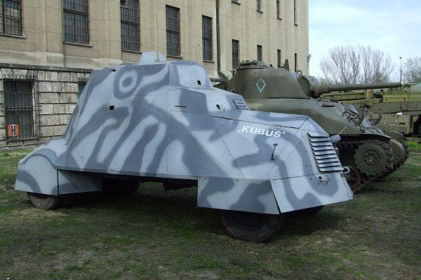 Odrestaurowany improwizowany samochód pancerny Kubuś
