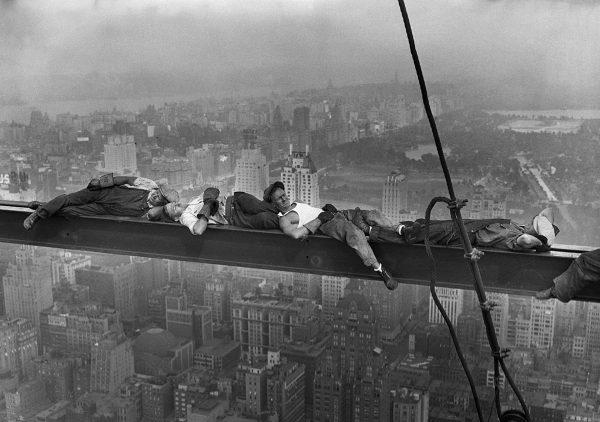 Jedno z kilku zdjęć wykonanych przez Charlesa C. Ebbetsa 20 września 1932 roku na szczycie Rockefeller Center (fot. Charles C. Ebbets/CORBIS)
