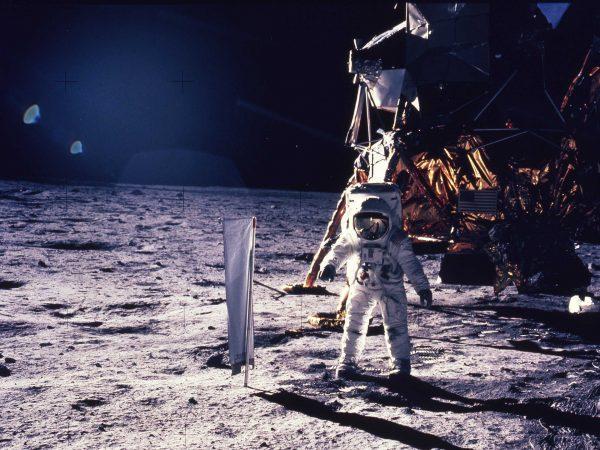 Jeden z astronautów w trakcie spaceru po Księżycu (fot. NASA)