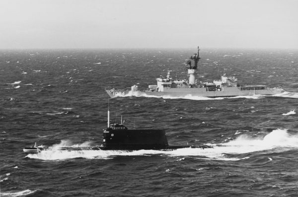 Okręt podwodny typu Golf II i amerykańska fregata USS Pharris