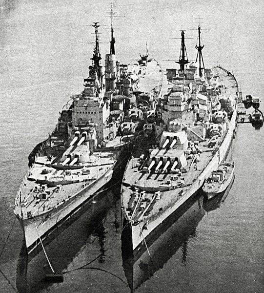 HMS Vanguard obok HMS King George V