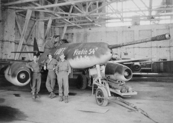 Jeden z dwóch zbudowanych Me 262 z działkiem 50 mm zdobyty przez Aliantów
