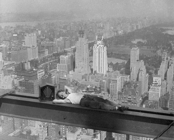Zdjęcie przedstawiające robotnika odpoczywającego podczas budowy Rockefeller Center. Według opisu zdjęcie wykonano 29 września 1932 roku (fot. nieznany)