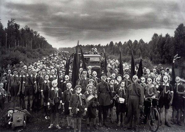 Radzieccy pionierzy w maskach przeciwgazowych sfotografowani w 1937 roku (fot. Wiktor Bułła)