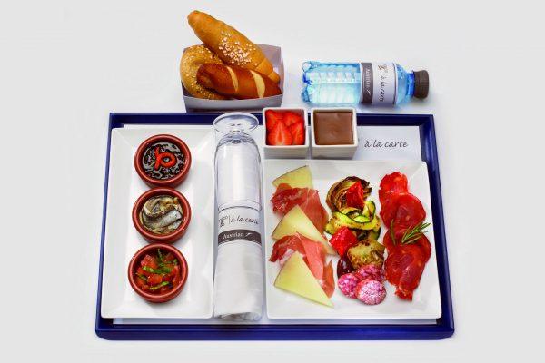 Z jedzeniem na pokładzie samolotu bywa różnie - nic nie stoi więc na przeszkodzie, aby zabrać ze sobą kanapki (fot. wikipedia.org)