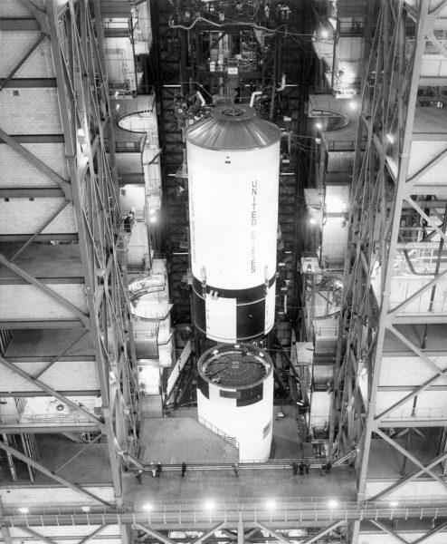 Saturn V z misji Apollo 11 w trakcie finalnego montażu (fot. NASA)