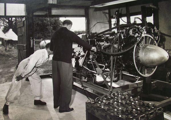 Donald Campbell w trakcie testów silnika dla łodzi Bluebird K7