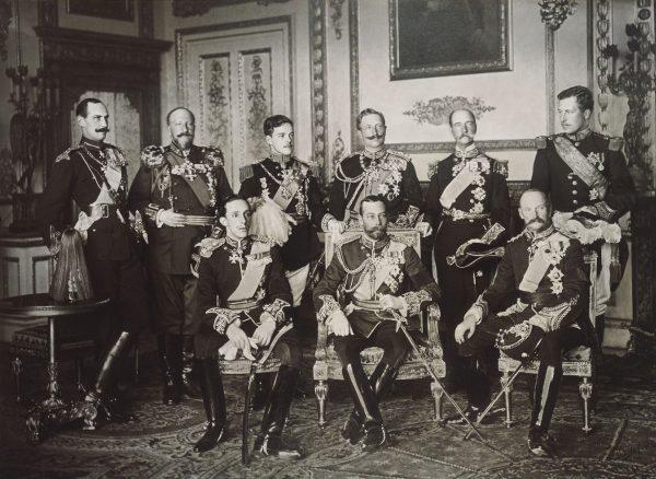 Dziewięciu europejskich władców sfotografowanych 20 maja 1910 roku w trakcie pogrzebu Edwarda VII.   Widoczni na zdjęciu (od lewej do prawej) na stojąco: Król Norwegii Haakon VII, Król Bułgarii Ferdynand I Koburg, Król Portugalii Manuel II, cesarz niemiecki i król Prus Wilhelm II, Król Jerzy I Grecki i władca Belgii, Albert I Koburg.  Widoczni na zdjęciu (od lewej do prawej) na siedząco: Król Hiszpanii, Alfonso XIII, Jerzy V, władca Wielkiej Brytanii i Król Fryderyk VIII, władca Danii.