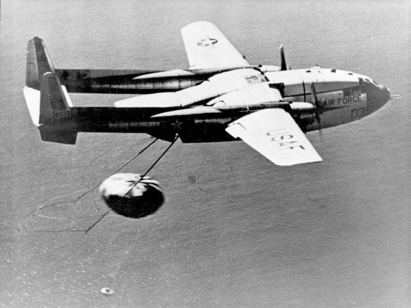 Samolot transportowy C-119 przechwytujący satelitę Discovery 14