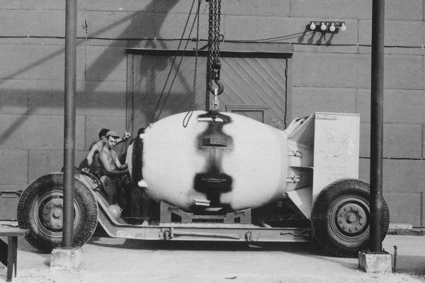 Bomba atomowa Fat Man gotowa do załadowania