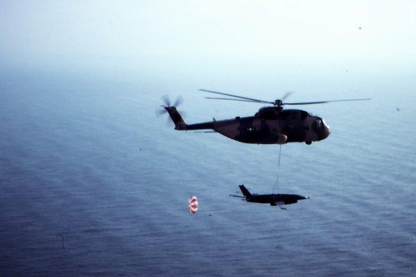 Śmigłowiec CH-3E przechwytujący BSL-a w ramach misji Buffalo Hunter w trakcie Wojny w Wietnamie