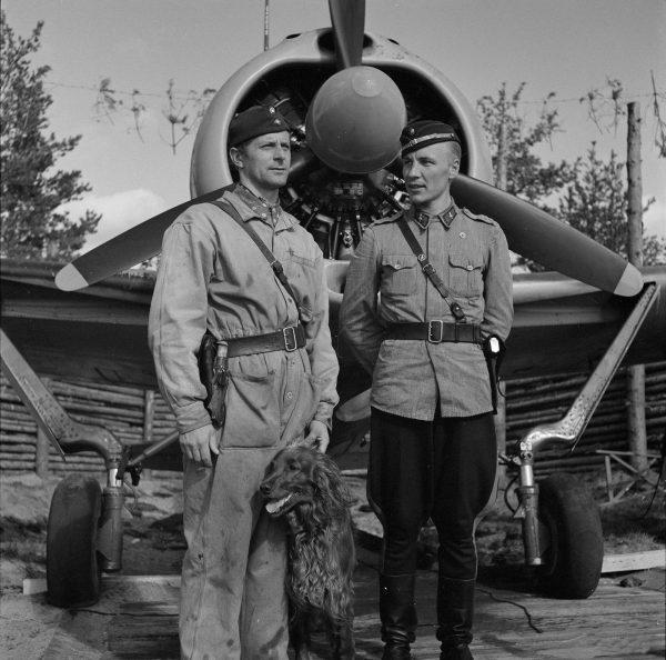 Dwóch fińskich asów (od lewej) Jorma Karhunen (31 zestrzeleń) i Ilmari Juutilainen (94 zestrzelenia) (fot. SA Kuva)