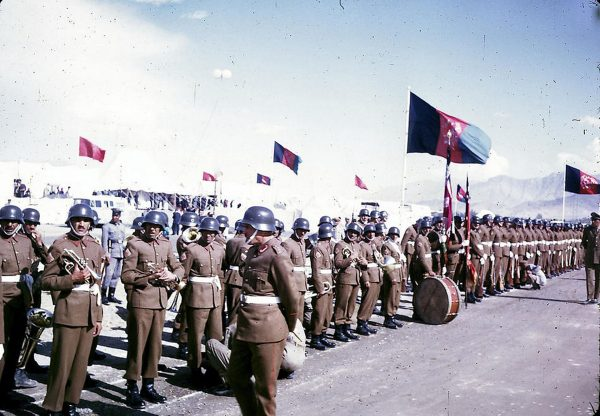Afgańska armia pod koniec lat 60.. Zwracają uwage niemieckie hełmy z czasów II wojny światowej (fot. Bill Podlich)