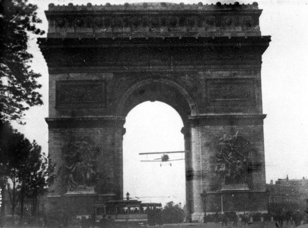 Charles Godefroy podczas przelotu przez Łuk Triumfalny - 7 sierpnia 1919 roku