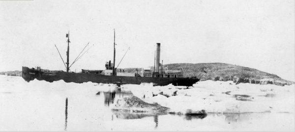 Baychimo uwięziony w lodzie
