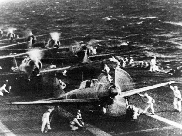 Japońskie myśliwce A5m Zero przygotowujące się do ataku na Pearl Harbor, 7 grudnia 1941 roku.