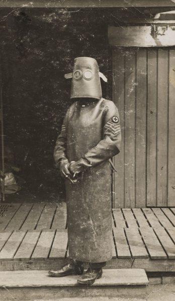 Francuski radiolog w stroju ochronnym - zdjęcie z 1918 roku (fot. H. J. Hickman)