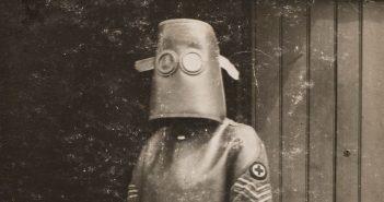 Radiolog w stroju ochronnym - 1918 rok - zdjęcie
