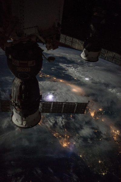 Malezja, zwraca uwagę burza i widoczne wyładowania (fot. ISS)
