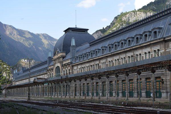 Dworzec kolejowy w Canfranc (fot. Marc Celeiro)