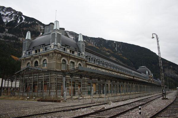 Dworzec kolejowy w Canfranc (fot. Dummy/Wikimedia Commons)