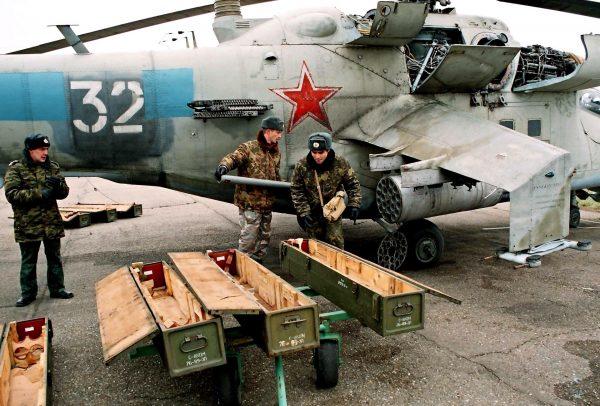 Załadunek amunicji do Mi-24