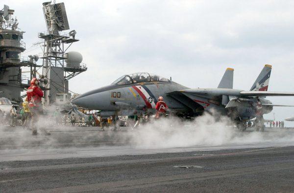 F-14 Tomcat startujący z lotniskowca USS Constellation w 2003 roku