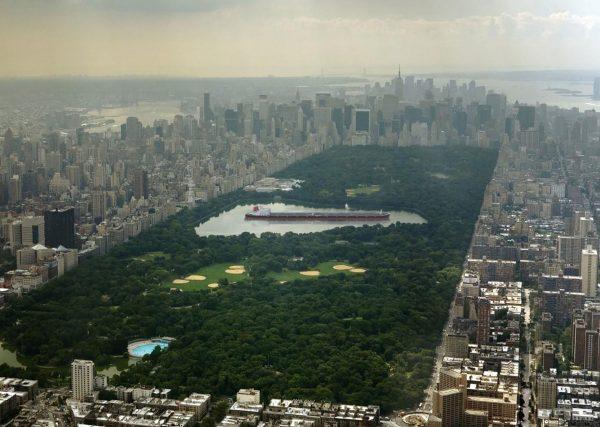 Seawise Giant, czyli największy statek jaki kiedykolwiek zbudowano - akurat idealnie wpisuje się w jezioro na środku Central Parku w Nowym Jorku (fot. A Quick Perspective)