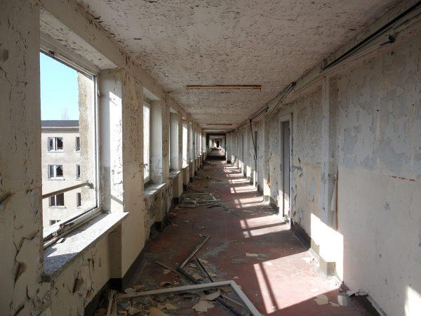 Jeden z korytarzy Bloku nr. 1 przed remontem - zdjęcie z 2011 roku (fot. Wusel007/Wikimedia Commons)