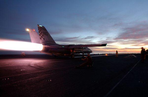 F-14 Tomcat startujący z lotniskowca USS John C. Stennis w 2002 roku