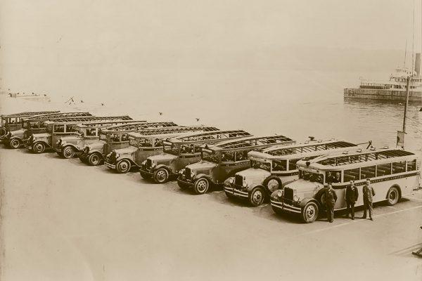 Autobusy wycieczkowe w porcie w Montrealu w Kanadzie prawdopodobnie w latach 40.