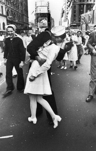 V-J Day in Times Square (fot. Alfred Eisenstaedt)