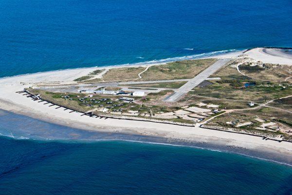 Mniejsza wyspa z lotniskiem obok głównej wyspy Helgoland (fot. Louis-F. Stahl)