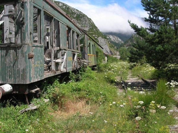 Porzucony wagon kolejowy niedaleko dworca Canfranc (fot. Chixoy/Wikimedia Commons)