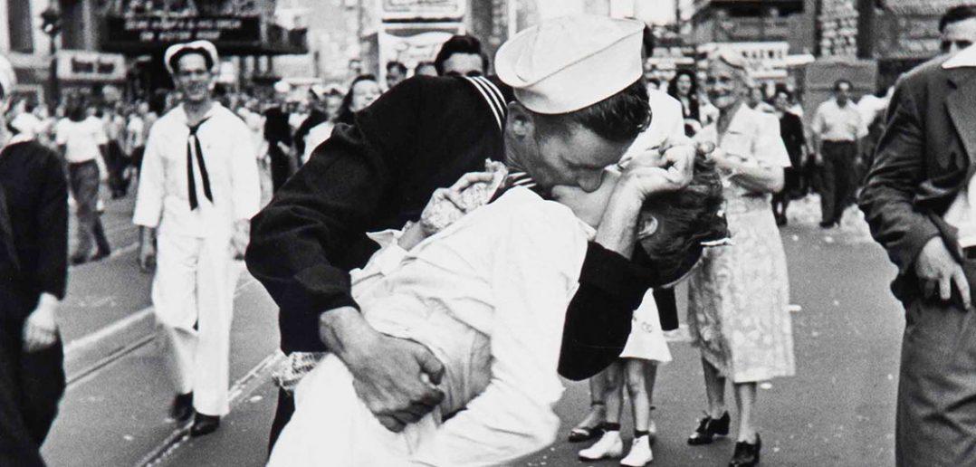 V-J Day in Times Square - słynne zdjęcie z zakończenia II wojny światowej