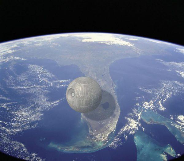 Gwiazda Śmierci z Gwiezdnych Wojen na tle Florydy - całkiem spora (fot. A Quick Perspective)
