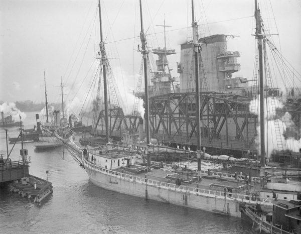 Lotniskowiec USS Lexington w Bostonie. Na pierwszym planie widać szkuner i holownik Wm. G. Williams. Zdjęcie wykonane 5 stycznia 1928 roku (fot. Leslie Jones)