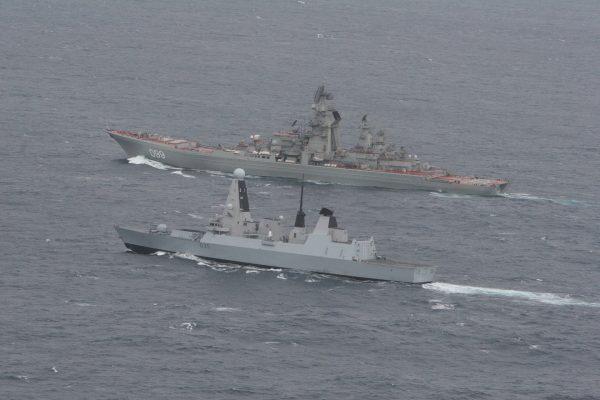 Brytyjski niszczyciel HMS Dragon i rosyjskie krążownik Piotr Wielki w trakcie spotkania na Kanala La Manche