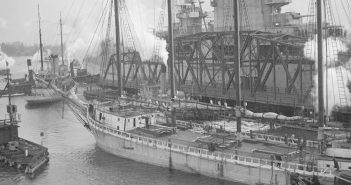 Lotniskowiec USS Lexington w porcie - 1928 rok - zdjęcie