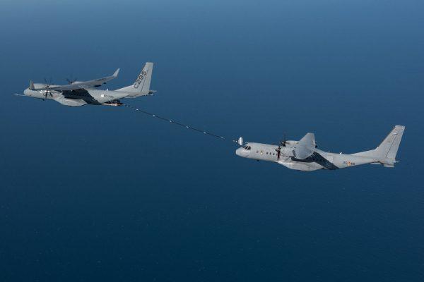 Próbne tankowanie w powietrzu między samolotem C295W wyposażonym w specjalną paletową jednostkę do tankowania a normalnym C295 - 29 września 2016 r. (fot. Airbus Defence & Space)