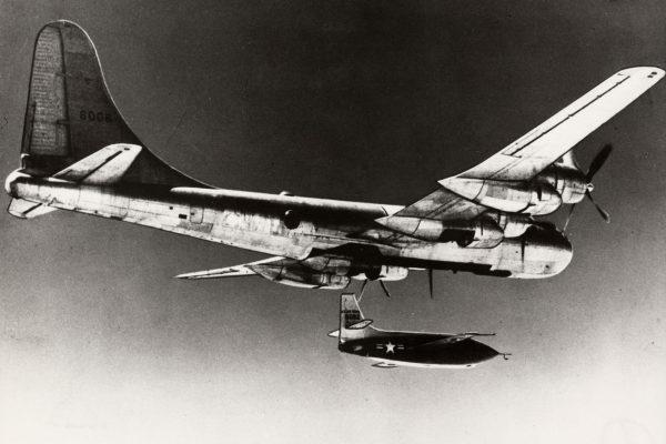 Bell X-1 podczas zrzutu z nosiciela Boeinga EB-50A Superfortress