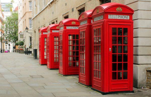 Charakterystyczne, czerwone brytyjskie budki telefoniczne
