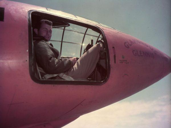 Chuck Yeager wewnątrz swojego Bell X-1