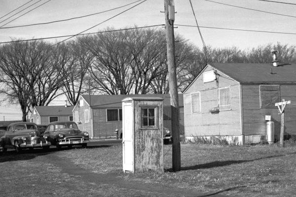 Początkowo budki telefoniczne budowano z drewna
